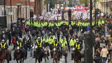 Miles de policías «escoltan» la manifestación estudiantil en la City