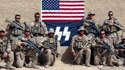 Una unidad de francotiradores de EE.UU. posa junto al símbolo de las SS nazi