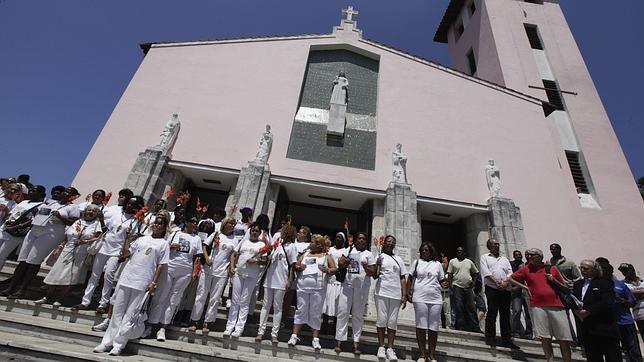 REUTERS - Las Damas de Blanco, este domingo, antes de comenzar su marcha semanal para reclamar la excarcelación de todos los presos políticos