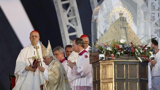 El Papa regala una rosa de oro a la misma Virgen que rezaba la madre de los Castro