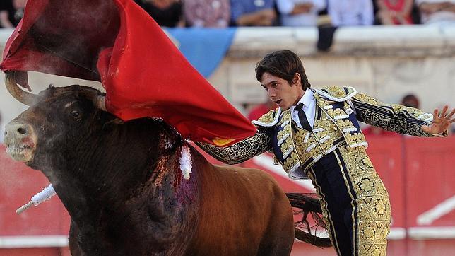 Castella sale por la Puerta de los Cónsules de Nimes y El Juli corta dos orejas