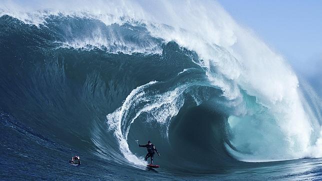 La ola más grande jamás surfeada tocó los treinta metros