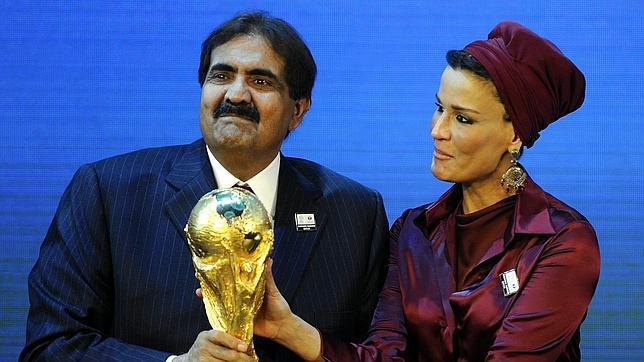 El emir de Qatar y su esposa, tras el anuncio de que su país albergará los Mundiales de Fútbol en 2022 / FOTO: AP.