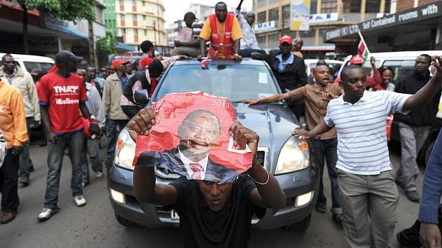 Victoria de Uhuru Kenyatta, acusado de crímenes de lesa humanidad por La Haya, en las presidenciales de Kenia