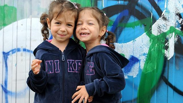 ¿Qué hace a los gemelos idénticos cada vez más diferentes?