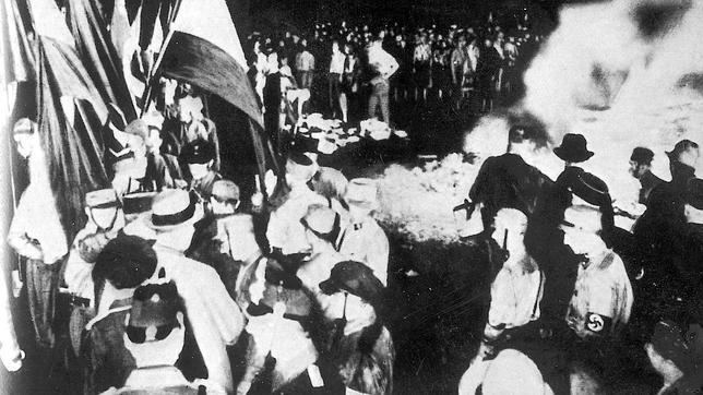Ochenta años de la persecución cultural nazi: «Donde se queman libros se terminan quemando también personas»