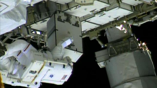 Dos astronautas logran corregir una fuga de amoniaco en la Estación Espacial Internacional