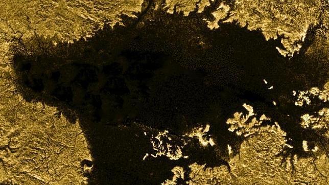 La Cassini sobrevuela hoy Titán en busca de olas en sus mares