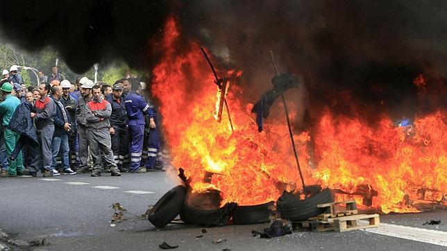 Un policía con cortes en la mano y un edil zarandeado en el Pleno de Ferrol