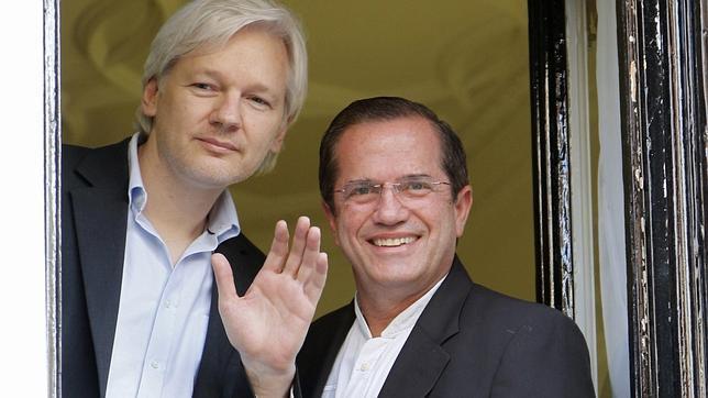 Ecuador afirma que Assange está dispuesto a ocultarse en la embajada cinco años más