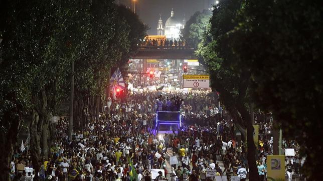 Cerca de 300.000 personas salen a las calles de Río de Janeiro en una nueva jornada de protestas