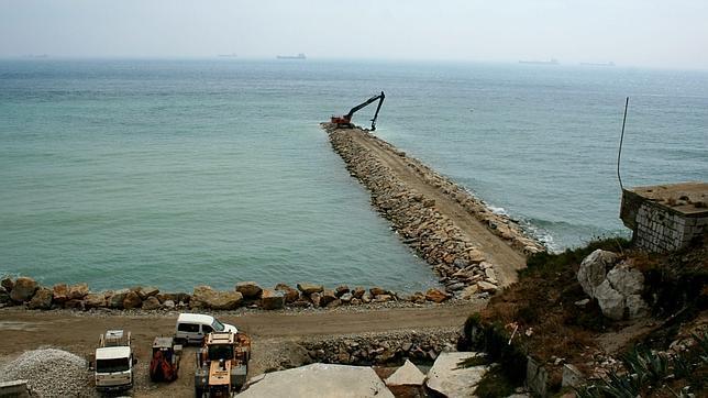 Ganar terreno ilegal al mar