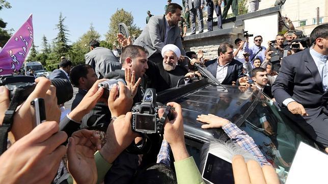 Un manifestante arroja un zapato al presidente de Irán en señal de protesta