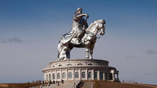 La gigantesca estatua ecuestre de Genghis Khan, cerca de Ulan Bator, capital de Mongolia
