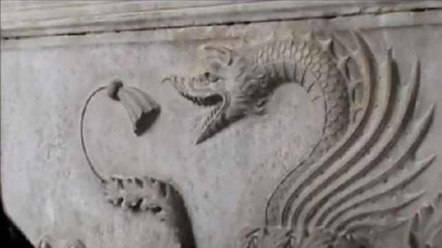 Los dragones en bajo relieve en la tumba hallada