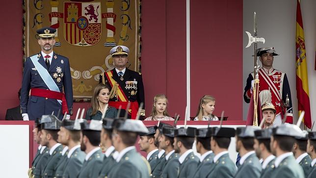 Don Felipe preside como Rey su primer desfile militar de la Fiesta Nacional