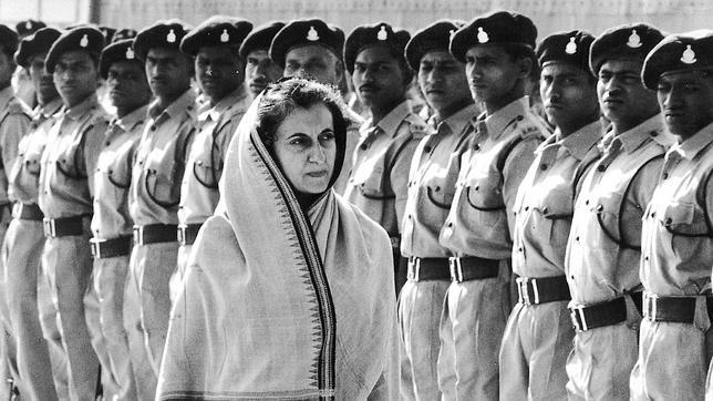 Indira Gandhi pasa revista a una formación del Ejército indio en 1966