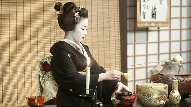 Un Geisha ejecuta la ceremonia del te antes del Miyako Odori