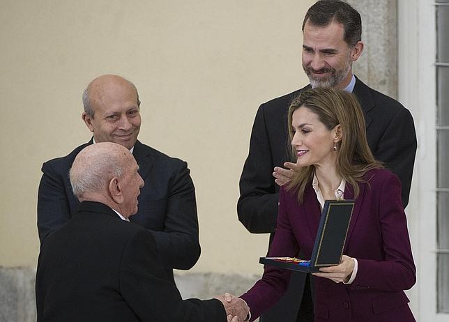 Victorino Martín recibe la Medalla de Oro a las Bellas Artes de manos de los Reyes