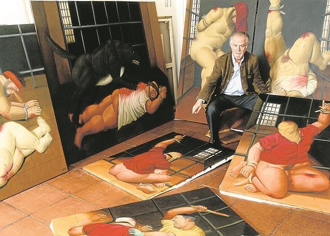 Botero, en uno de sus estudios, junto a algunas obras de su serie dedicada a las torturas en la cárcel de Abu Ghraib