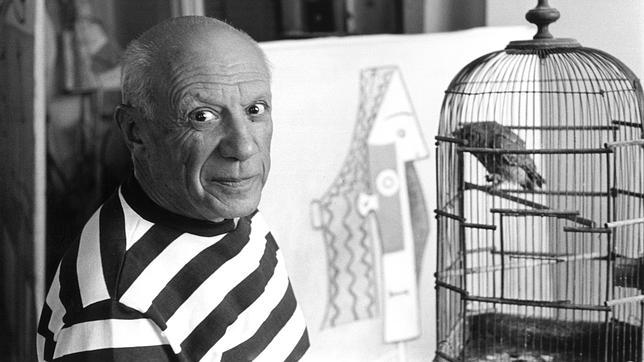 El pintor Pablo Picasso retratado en sus casa de La Californie en 1957
