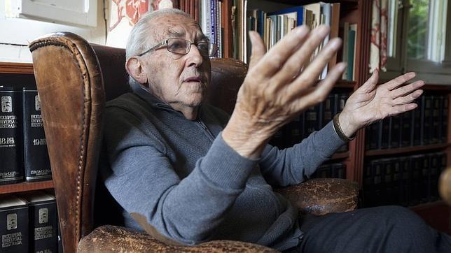 El filósofo Gustavo Bueno en su casa de Niembro (Asturias)