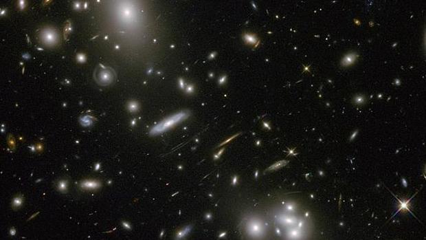 Uno de los mayores enigmas de la física actual es entender cómo se relaciona la gravedad (que actúa a largas distancias) con las otras fuerzas que actúan dentro de las partículas. Una solución posible es la idea del holograma, en la que se elimina la dimensión de la gravedad y se intenta explicar esta a partir de otras propiedades