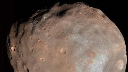 Fobos, la luna de Marte, es bombardeada por rocas y partículas