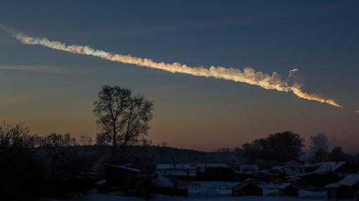 La huella dejada en el cielo por el meteoro que explotó en Chelyabinsk, Rusia, en 2013.