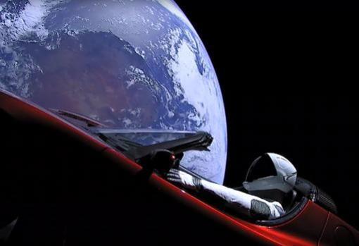 Imagen del descapotable en las cercanías de la Tierra y viajando hasta Marte