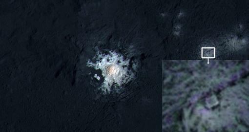 En el interior del cráter Occator del planeta enano Ceres aparece una extraña estructura, con aspecto de cuadrado dentro de un triángulo