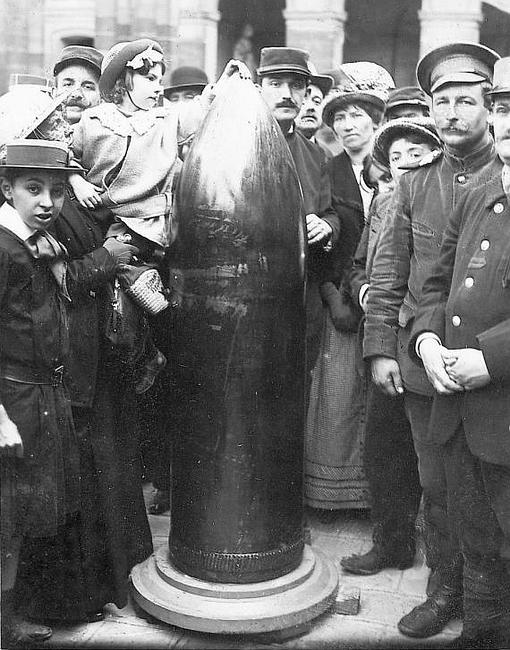 Un proyectil alemán de 42 recogido en la región de Verdún y puesto en el patio de los inválidos