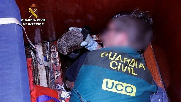 Muestra de la cocaína negra intervenida por la Guardia Civil en Barcelona y Santa Cruz de la Palma