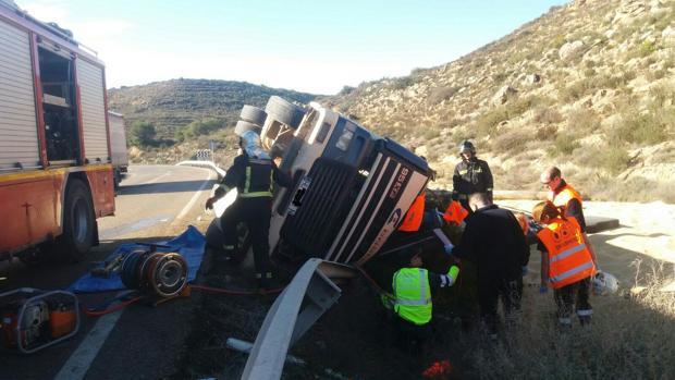 El cuerpo del conductor fue rescatado por los bomberos
