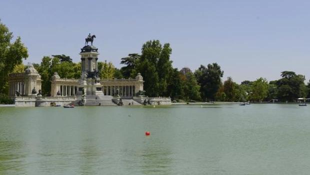 Imagen de archivo del Monumento a Alfonso XII, cerca del que apareció la mujer