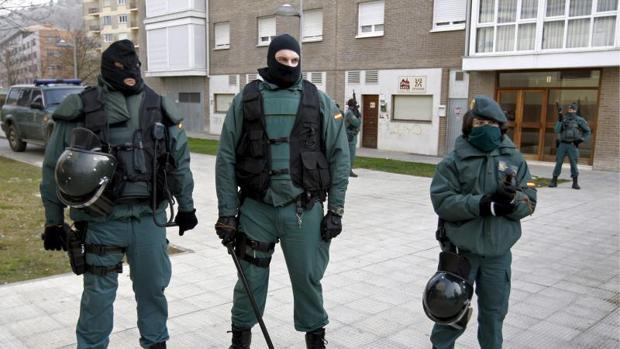 Efectivos de la Guardia Civilvigilan un local situado en la localidad navarra de Villava