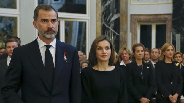Los Reyes y las infantas Doña Elena y Doña Cristina en el funeral de la Infanta Alicia
