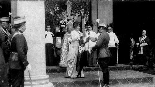 Entrega de la nueva bandera de España a la Academia por la reina Victoria, acto coincidente con la puesta en libertad de los juzgados por las bombas de Olías (Foto, Colección Luis Alba, AMT)
