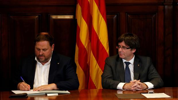 Oriol Junqueras y Carles Puigdemont, en la firma de la convocatoria del referéndum
