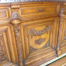 Detalle del mostrador en madera de nogal