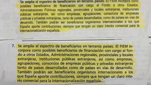 En la mitad superior, la nota del Consejo de Ministros; debajo, el libro de Pedro Sánchez