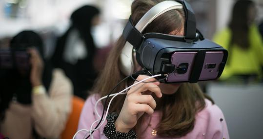Una niña prueba las gafas virtuales en el Youth Mobile 2019