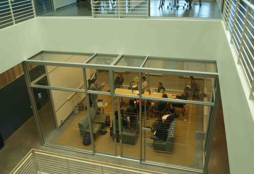 Las aulas con planos transparentes facilitan la proyección de la actividad docente al exterior. En la imagen, aula de la Universidad de Stanford (EE.UU.)