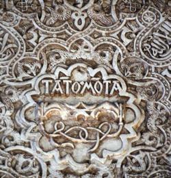 El lema Tanto Monta (Tãto·Mõta) y el yugo inscritos sobre los preexistentes relieves nazaríes de la Alhambra