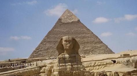 La Gran Esfinge, y restos de su templo. Detrás, la pirámide de Kefrén.