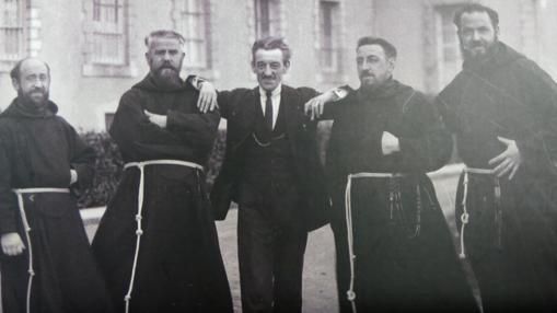 Hilario Olazarán, Dámaso de Elizondo, José Antonio Donostia y Jorge Riezu con Maurice Ravel en 1927 en la entrada del colegio