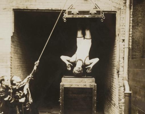 Houdini, suspendido en el aire durante uno de sus trucos de escapismo