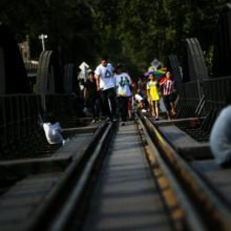 Turistas visitan el ferrocarril de la muerte
