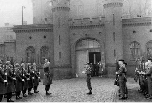 Cambio de guardia en las puertas de la Prisión de Spandau, cuando ya solo estaba custodiado Rudolph Hess