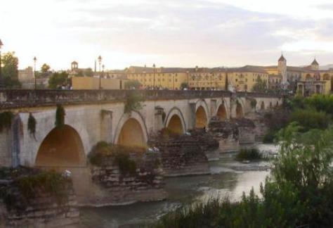 Imagen del puente Romano y de la Mezquita-catedral de Córdoba